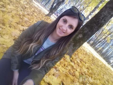 Листья  желтые  мне  под  ноги  ложатся
