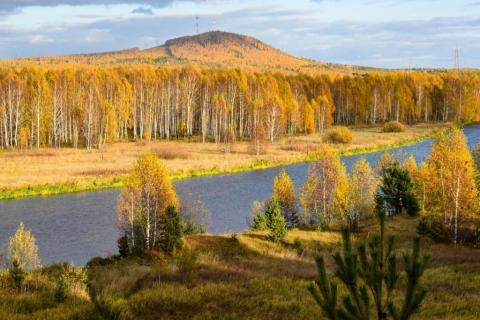 Вид на реку Чусовая и гору Волчиха
