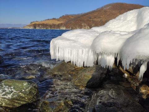Даже камни зимой надевают шапки, чтобы быть в тепле - Находка, пляж Рица.