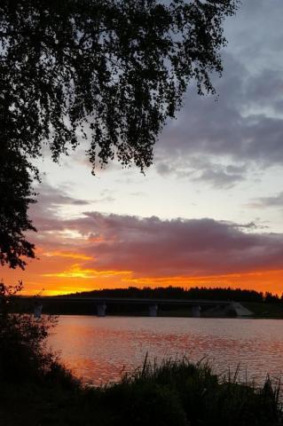 Красочный закат у озера.