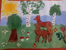 Прогулка оленей в летнем лесу